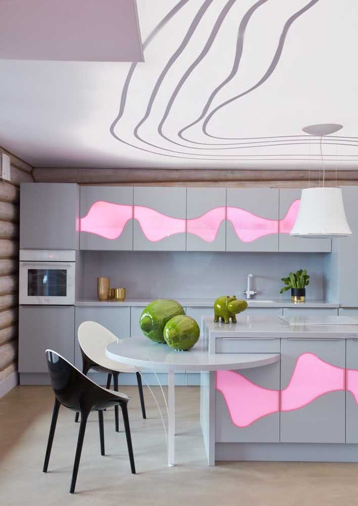 Uma opção bem feminina e irreverente com tons de rosa e curvas que se destacam nos armários e até no teto.