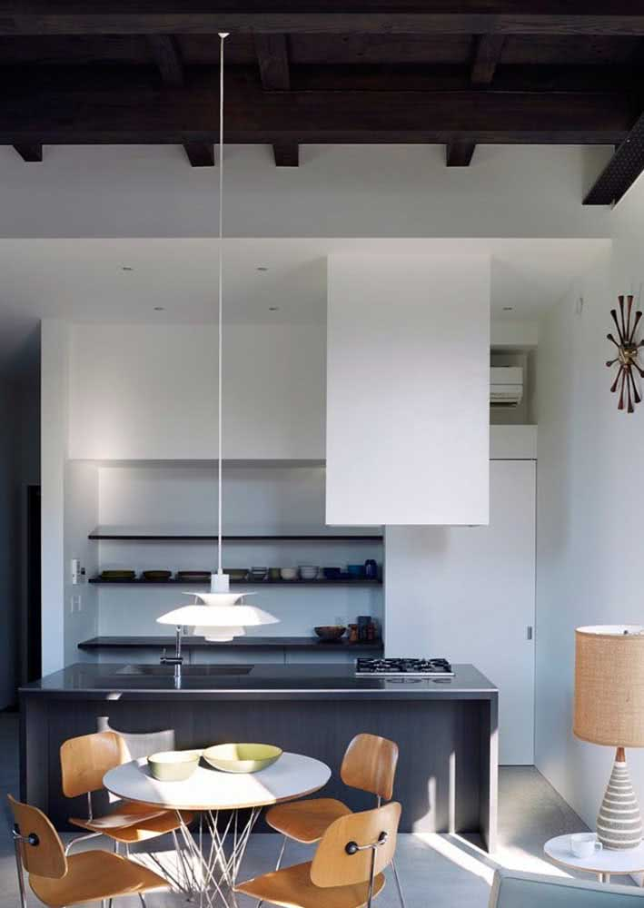 Cozinha minimalista com prateleiras sem portas para os principais utensílios de cozinha.