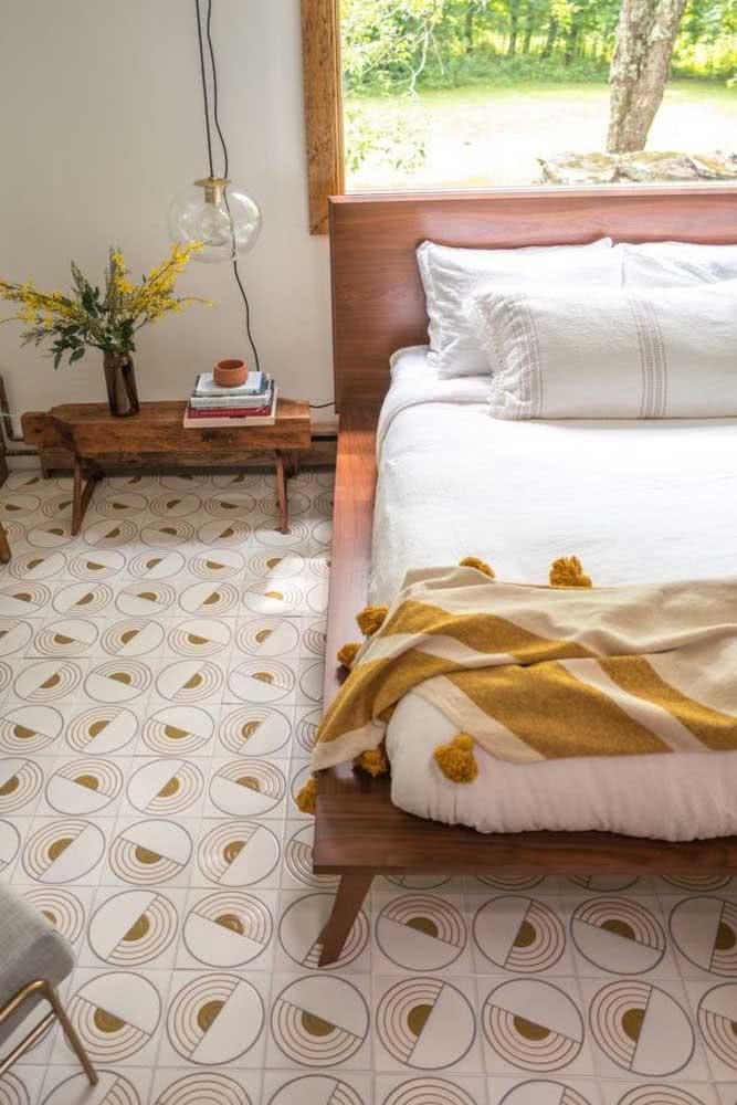Piso de cerâmica para o quarto com estilo retro. Repare que a cor do revestimento combina com a roupa de cama