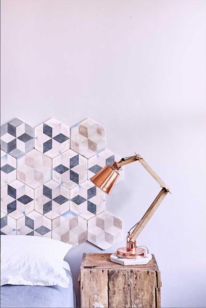 Já pensou em fazer uma cabeceira de cama com peças cerâmicas? Olha o resultado!
