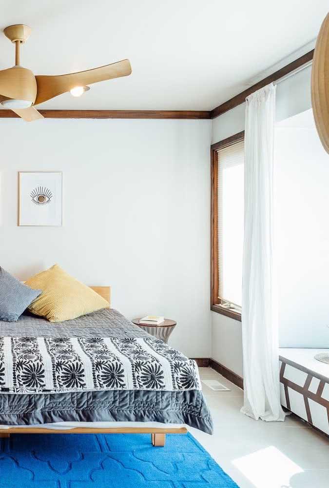 A frieza do piso cerâmico você resolve com um tapete macio e confortável