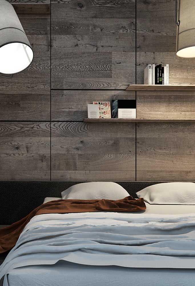 Cerâmica amadeirada na cabeceira da cama: não acumula pó e é muito fácil de limpar