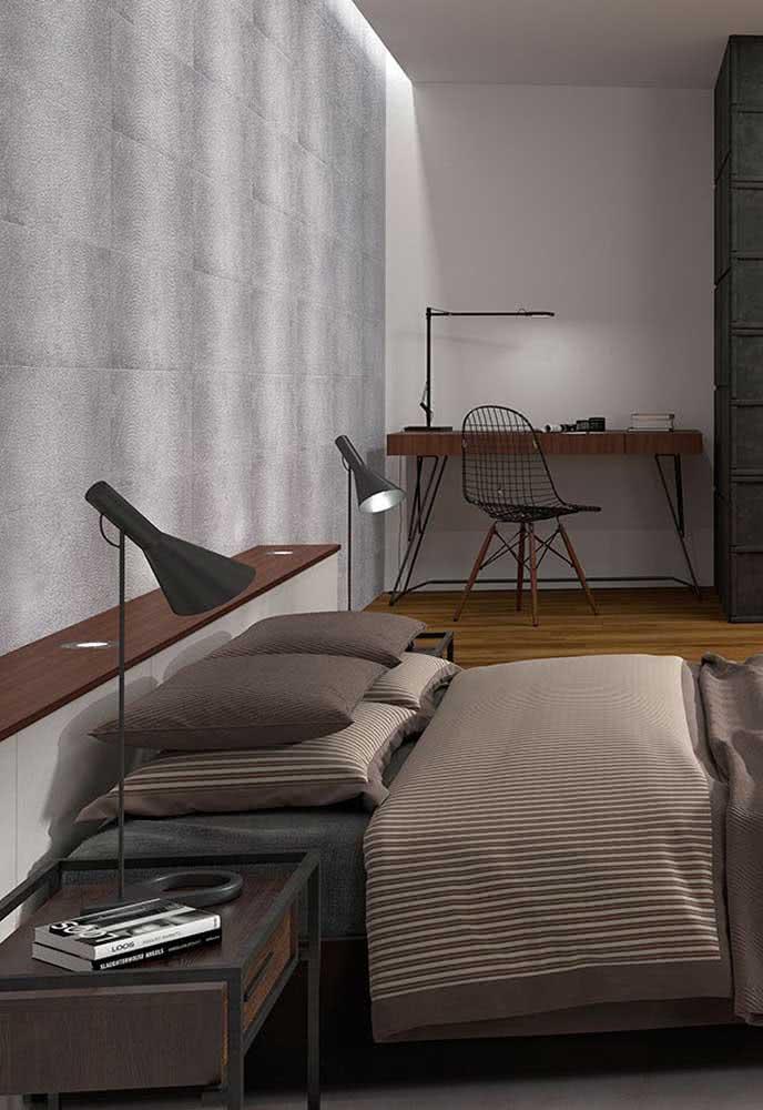 Aqui, a cerâmica da parede faz um lindo contraste com o piso de madeira