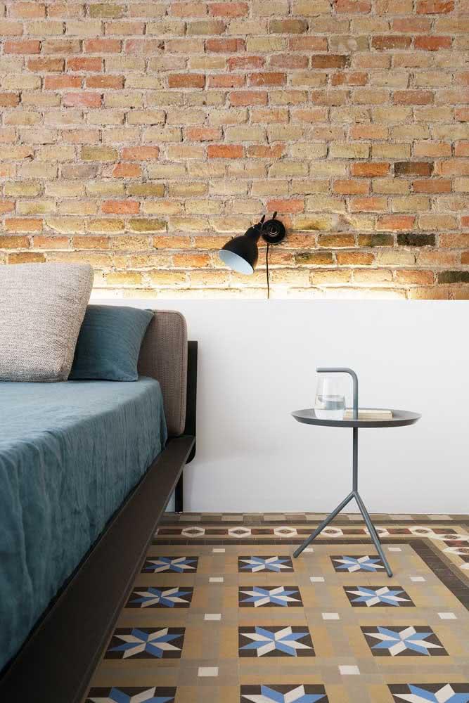 Piso de cerâmica estampado combinando com a parede rústica de tijolos aparentes