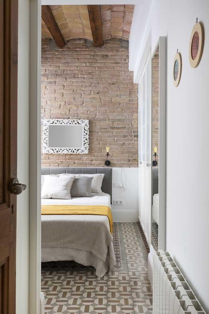 Piso cerâmico para quarto com desenho combinando com a parede de tijolinhos