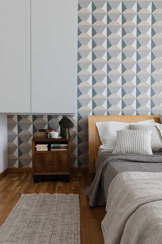 Já aqui, a cerâmica geométrica da cabeceira da cama traz uma leve ilusão de ótica