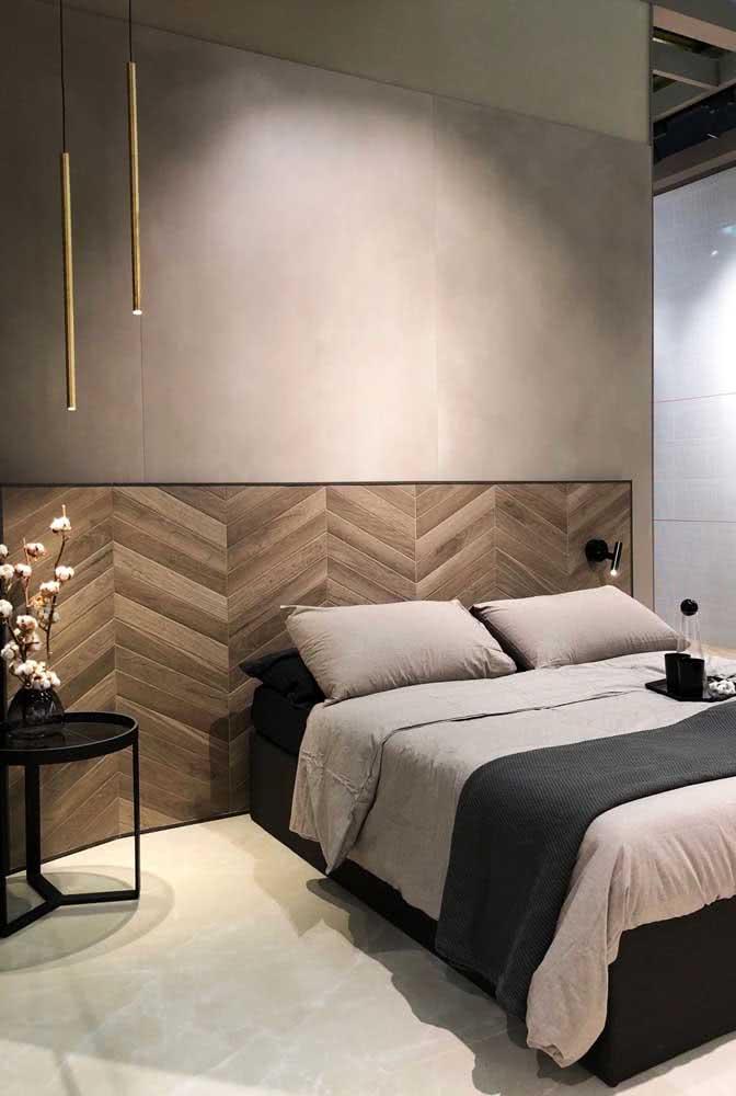 Placas gigantes de cerâmica garantem um visual sofisticado para o quarto