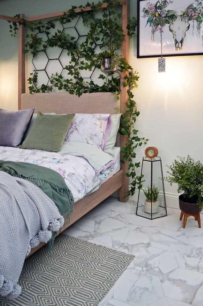 Cerâmica com cara de mármore. Aproveite a variedade de texturas e estampas para criar um quarto com a sua cara