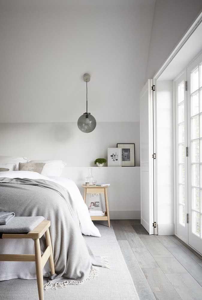 No quarto, o rodapé do piso de cerâmica pode ser de outro material, como madeira ou poliestireno