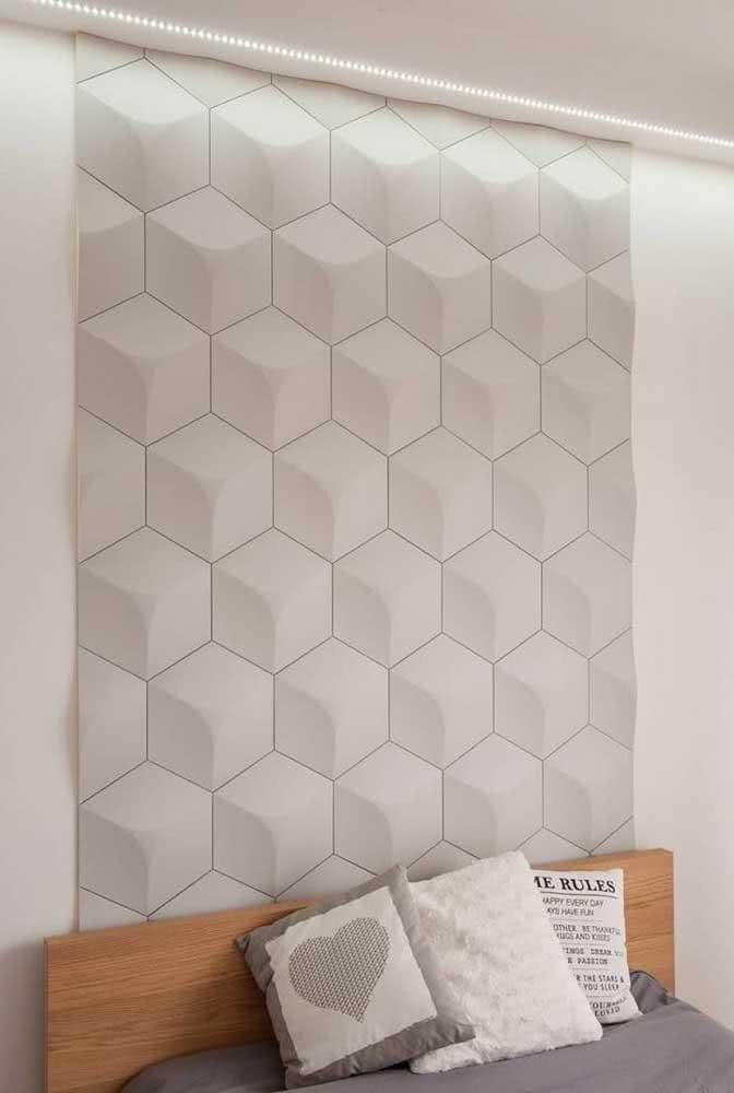 Aqui, a cerâmica 3D para quarto foi usada para criar um detalhe charmoso na cabeceira