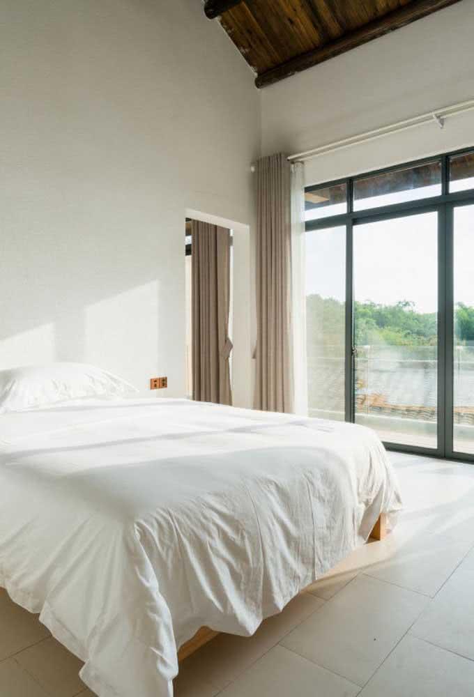 Já nesse quarto clean e iluminado, a opção foi pela cerâmica clara em peças retangulares