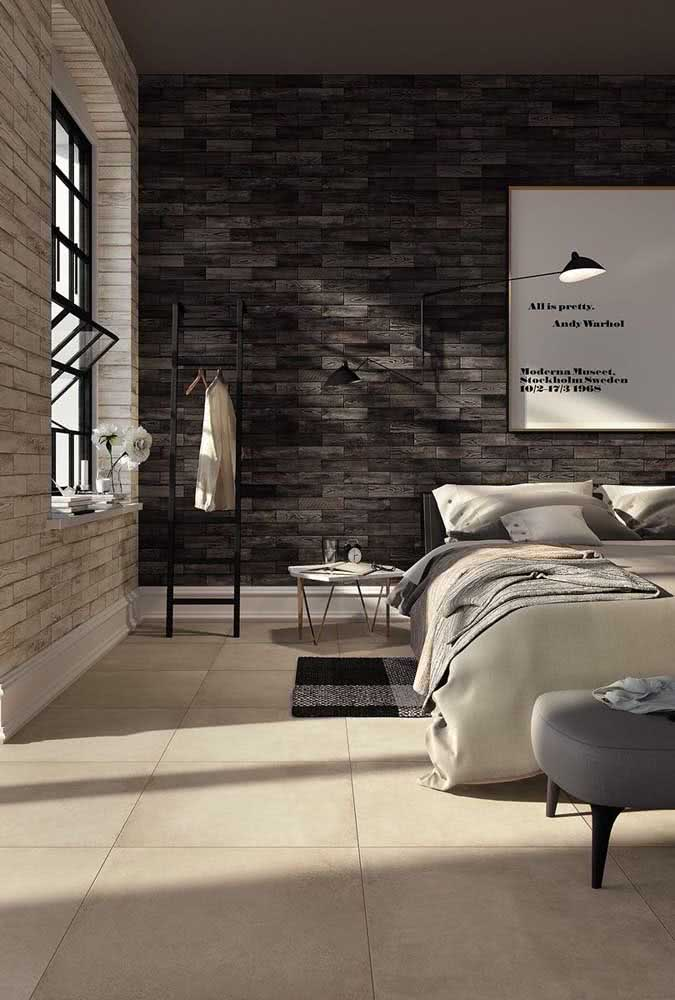 Peças claras de cerâmica no chão para rebater o efeito das cerâmicas escuras da parede