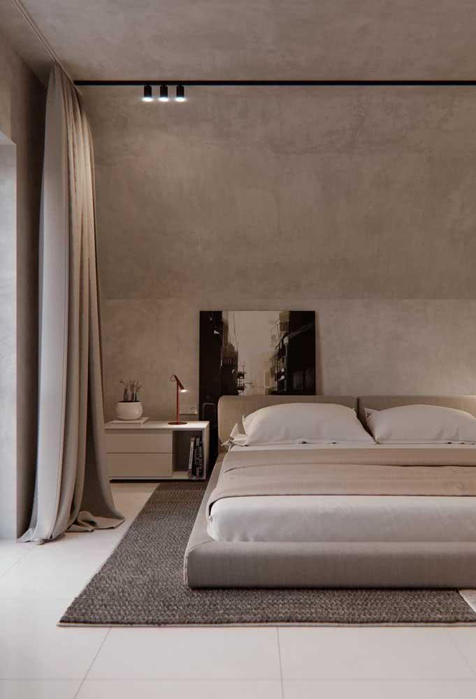 Piso cerâmico clean e neutro para se harmonizar com a decoração do quarto