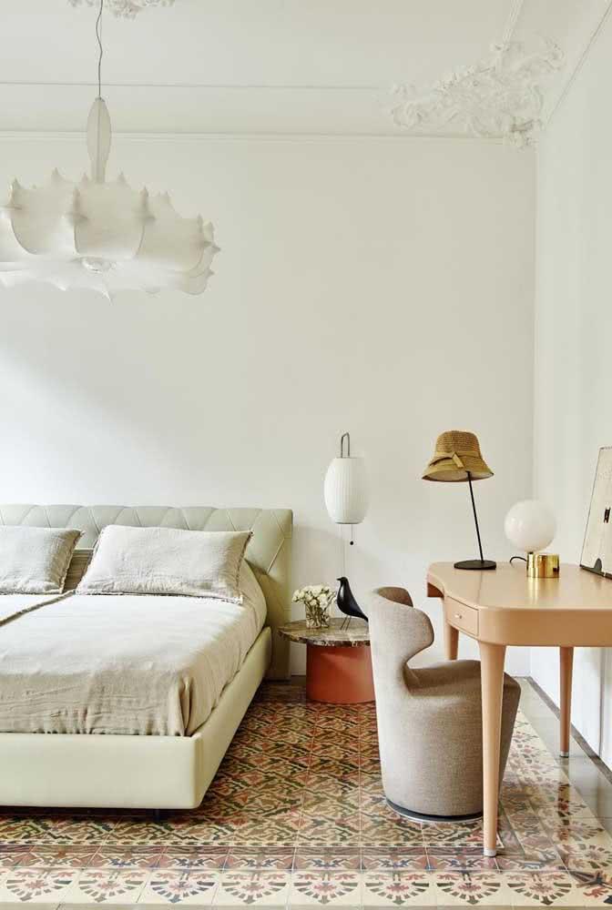 Nesse quarto de decoração elegante e minimalista, a cerâmica decorada é o grande destaque