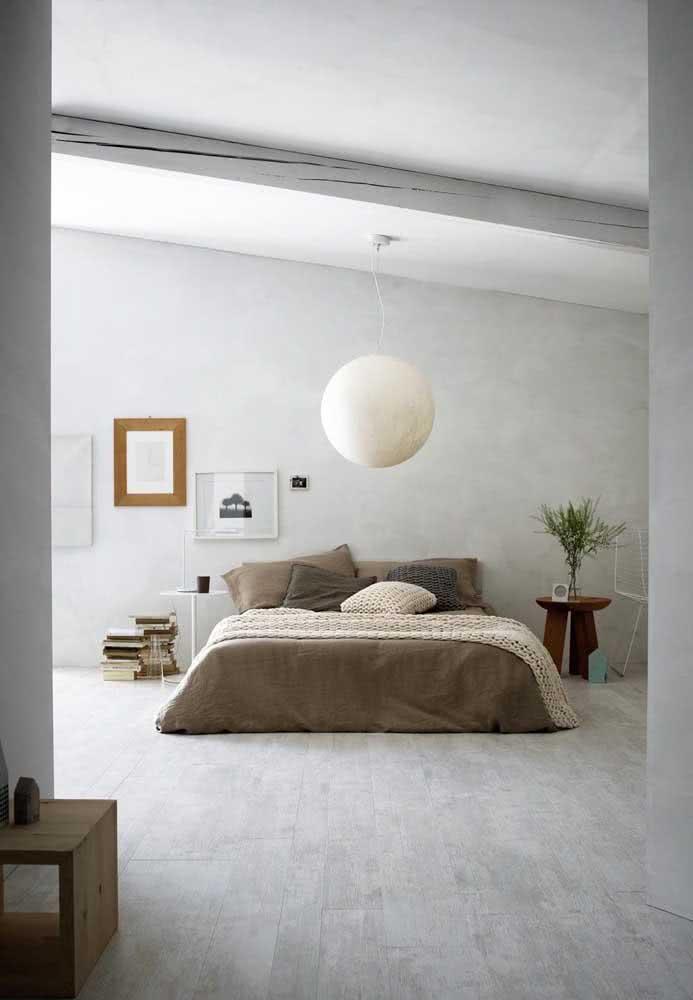 Cerâmica para quarto de casal com peças amadeiradas em formato de régua: textura muito natural