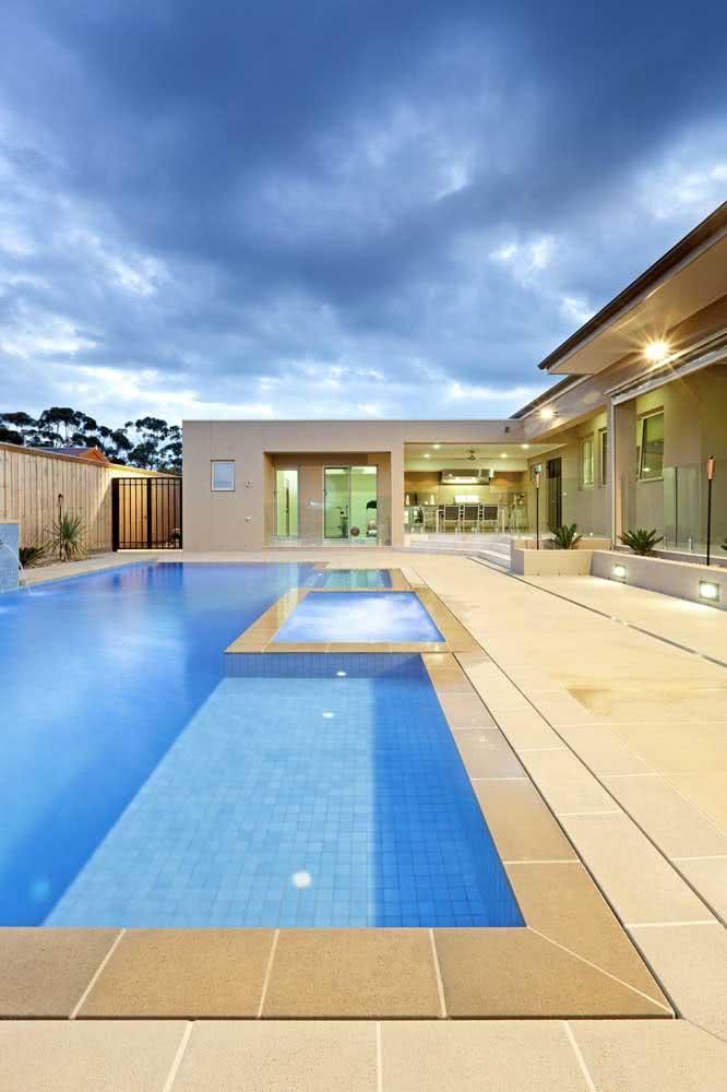 Piscina com hidro no centro da piscina maior completamente integrada ao projeto principal