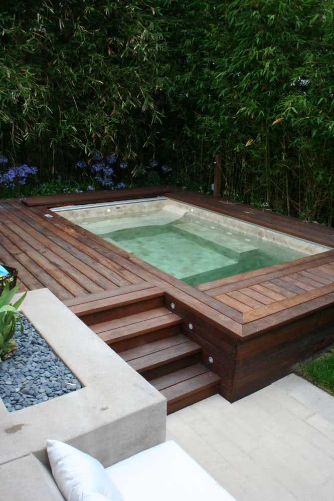 E por falar em deck de madeira, olha essa outra ideia incrível de piscina com hidro!