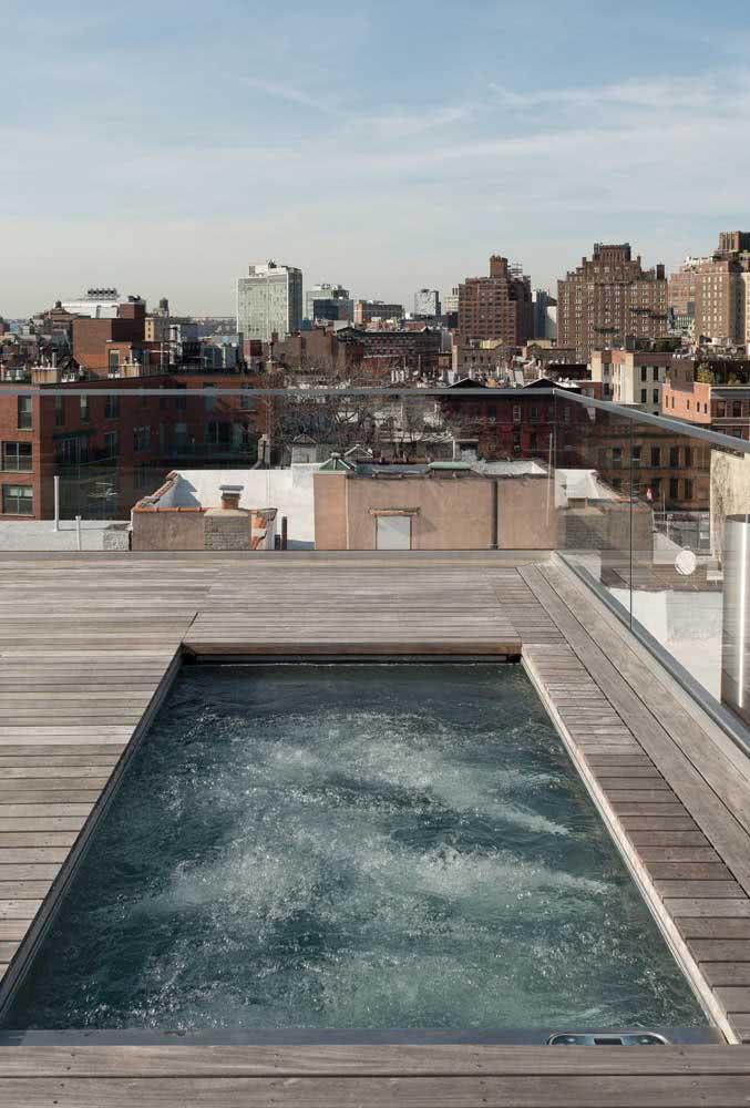 Relaxar em uma piscina com hidro na cobertura da própria casa não tem preço!