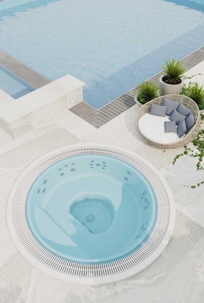Se você não quiser acoplar a piscina com hidro junto da piscina principal pode colocá-la ao lado, por exemplo