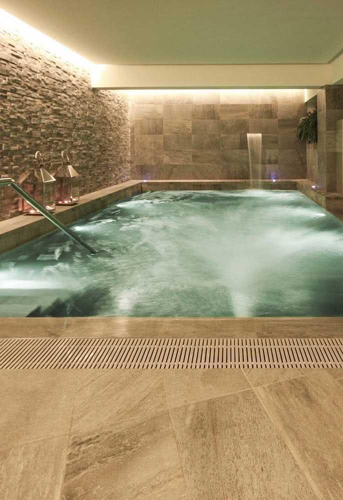 Piscina com hidro coberta, com cascata e iluminação aconchegante. Quer mais ou tá bom assim?