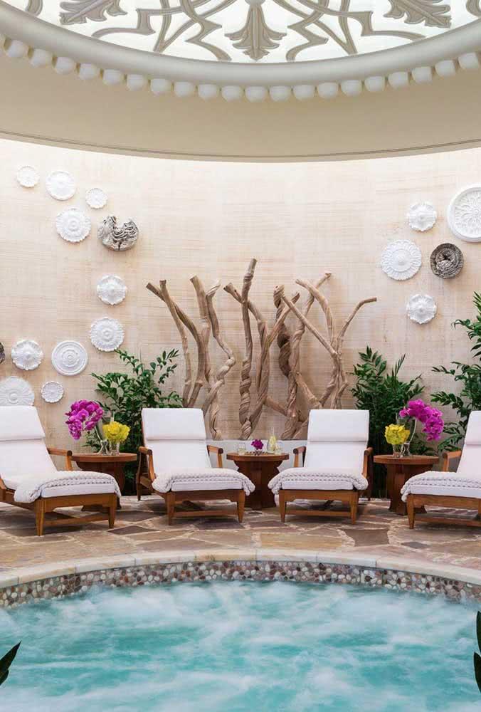 Piscina com hidro redonda cercada por um lindo projeto de paisagismo
