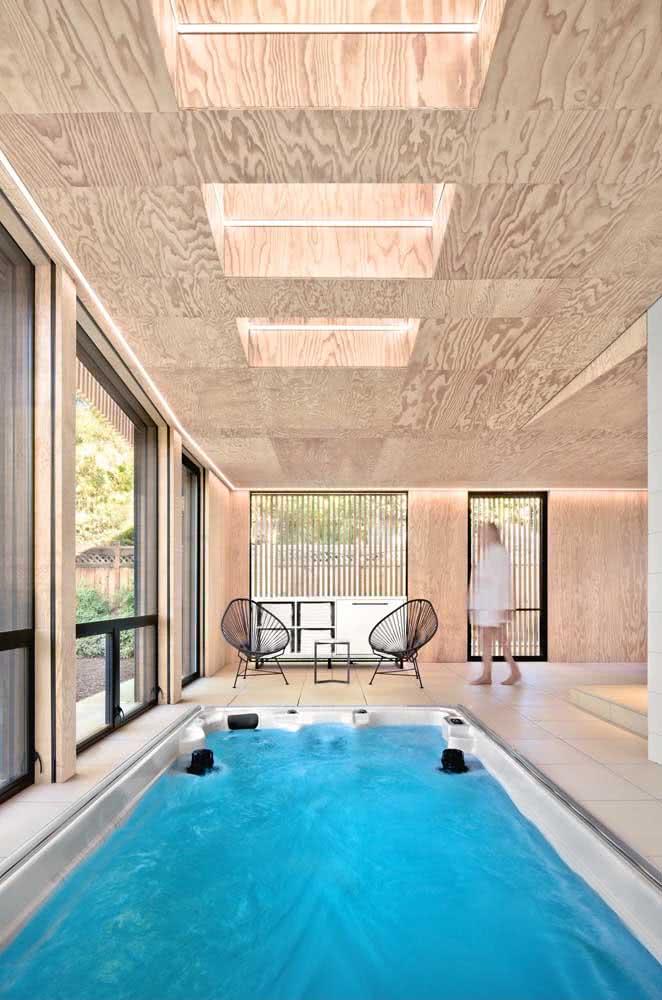 Piscina com hidro adaptada e instalada dentro de casa