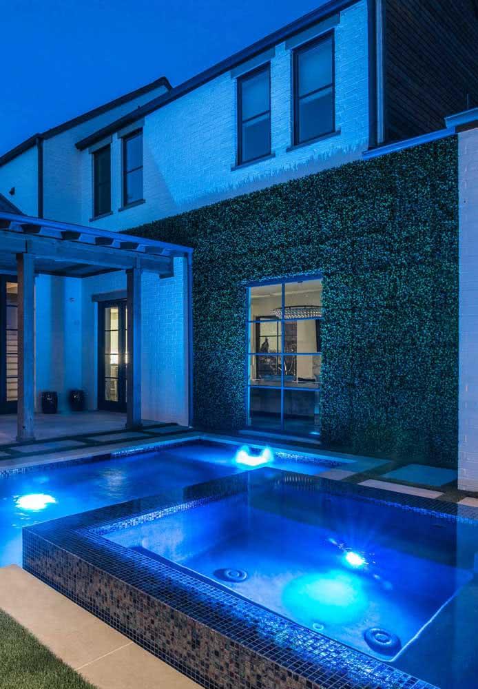 Piscina com hidro iluminada e aquecida para o uso noturno