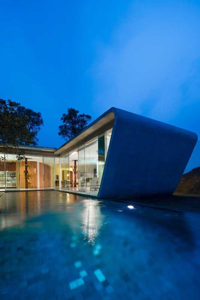 Casa moderna e futurista com piscina de hidromassagem externa