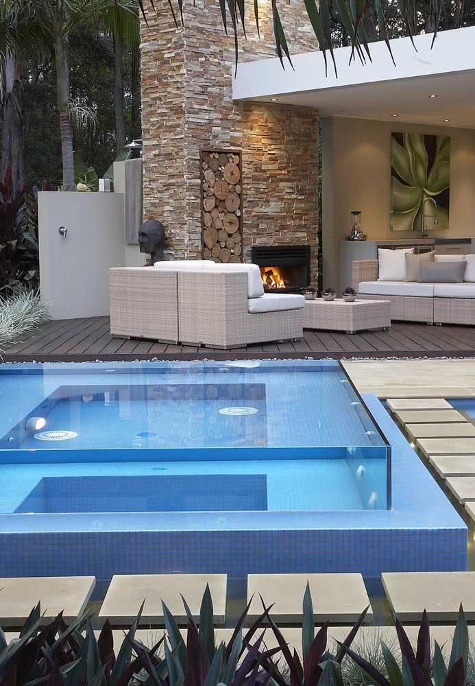 Já pensou em ter uma piscina com hidro com laterais de vidro? Um luxo!