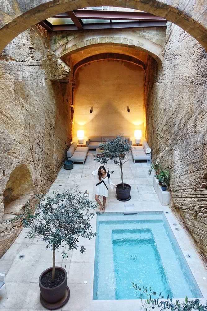 Que tal colocar a piscina com hidro na área interna da casa? Aproveite e deixe o ambiente super relaxante