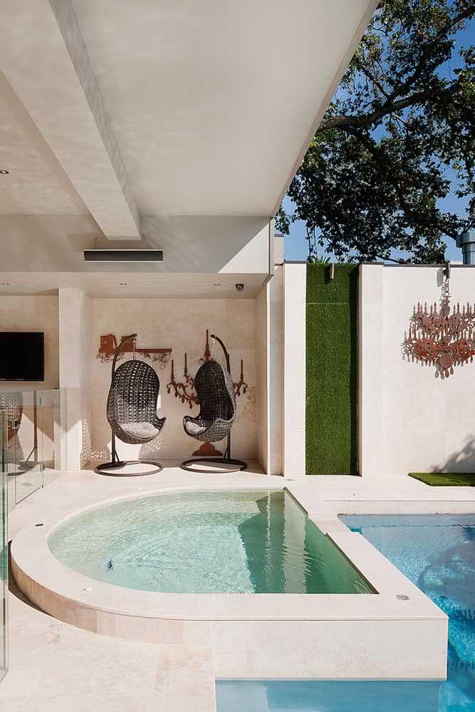 Aqui, somente a piscina com hidro recebeu cobertura