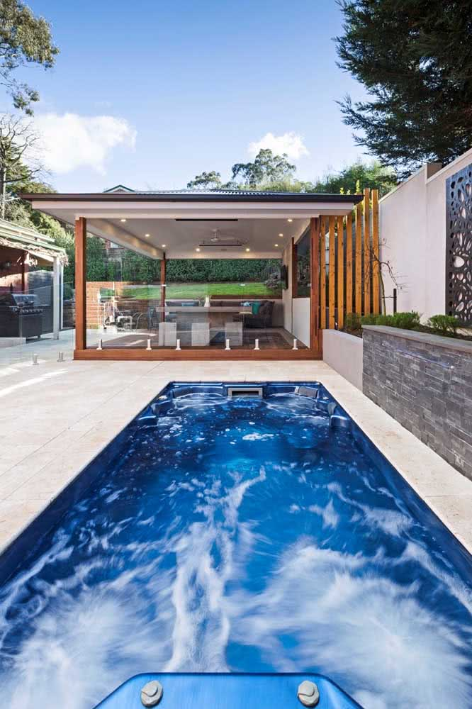 Que tal construir junto da piscina com hidro uma área gourmet? Assim, a diversão fica completa