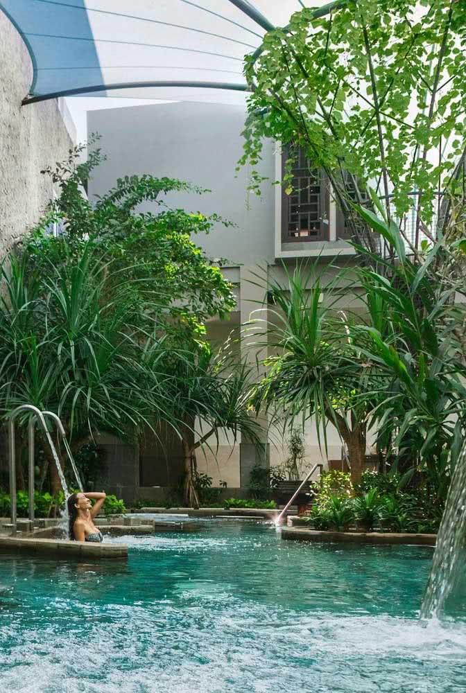 Parece uma piscina natural, mas é uma piscina com hidro