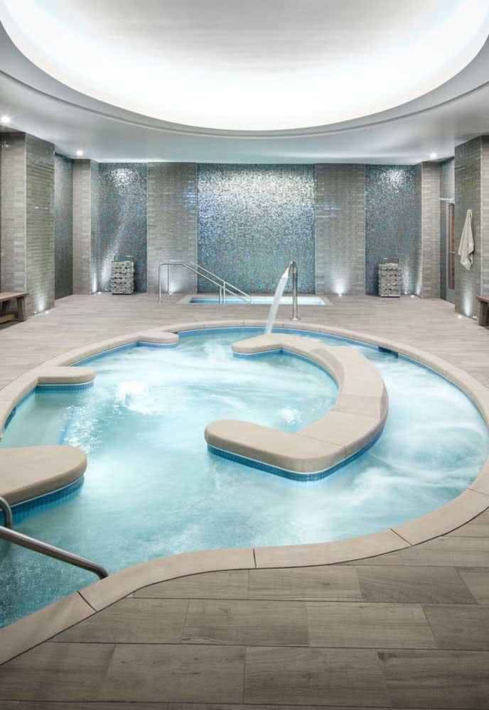 E para relaxar um pouco mais alguns bancos dentro da piscina