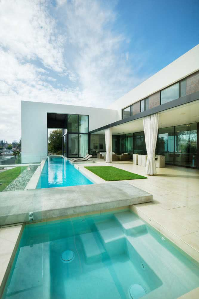 Piscina com hidro acompanhando a arquitetura da casa
