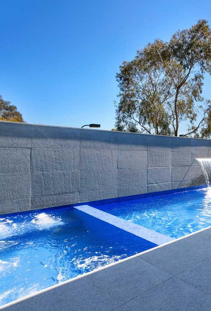 Piscina com hidro e cascata: perfeita para os dias quentes