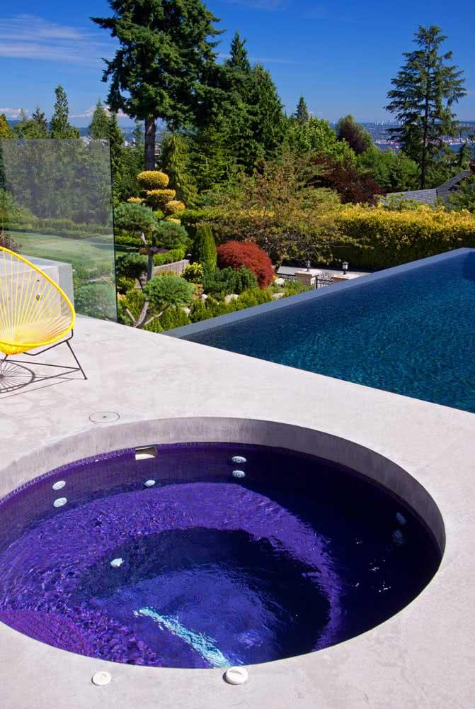 Piscina com hidro redonda na parte superior da área externa. Mais para baixo, a piscina convencional dá conta de receber um número maior de convidados