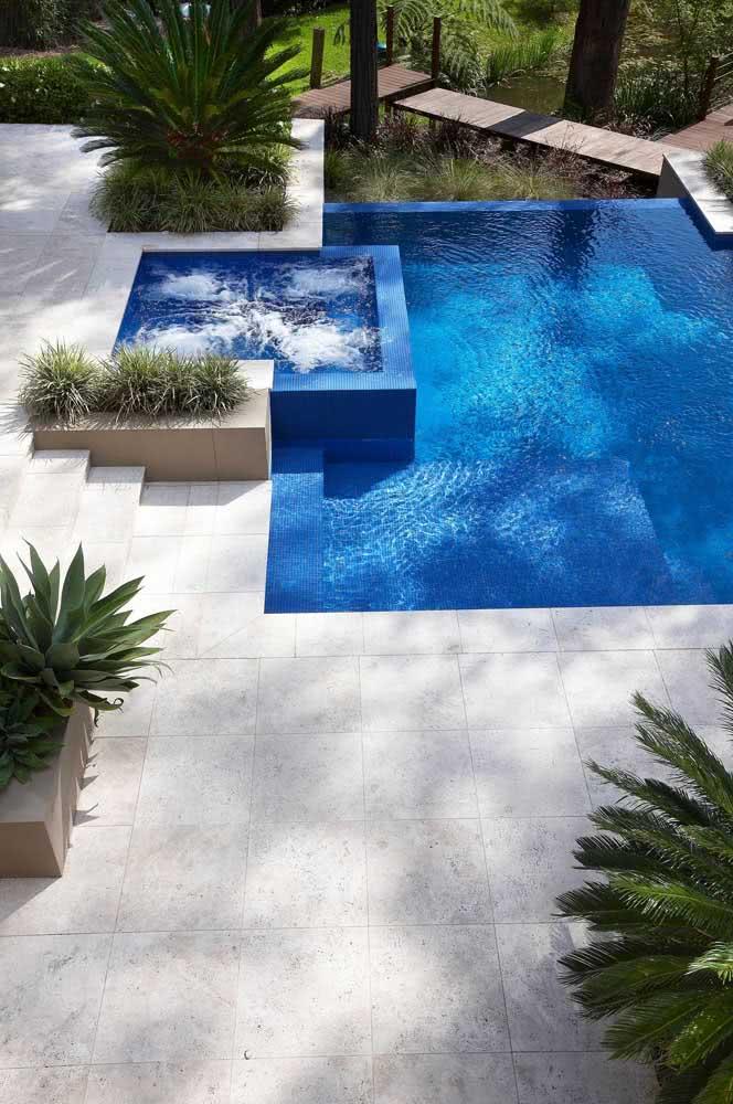 Os jatos direcionados da piscina com hidro é tudo o que você precisa depois de um dia cansativo
