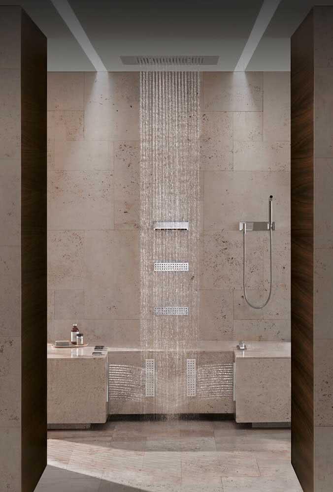 Banheiro luxuoso com chuveiro de teto embutido para um banho super relaxante