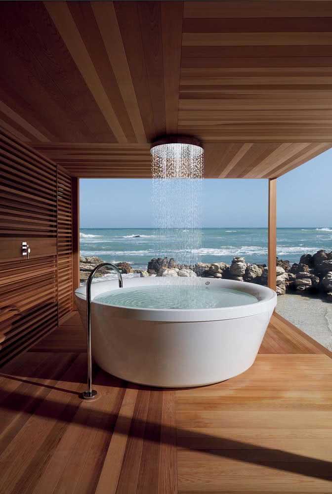 Banheiro de luxo é assim: chuveiro de teto sobre a banheira e, de quebra, uma vista deslumbrante para o mar