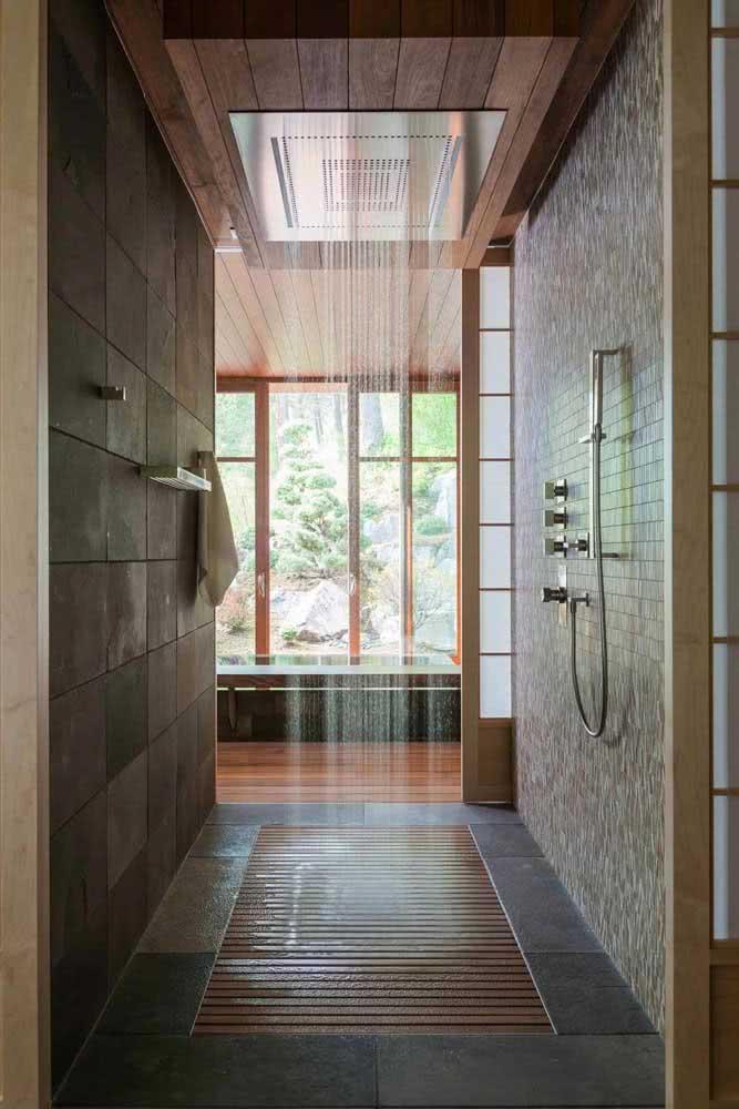 O pé direito alto traz uma super ducha para esse chuveiro de teto grande
