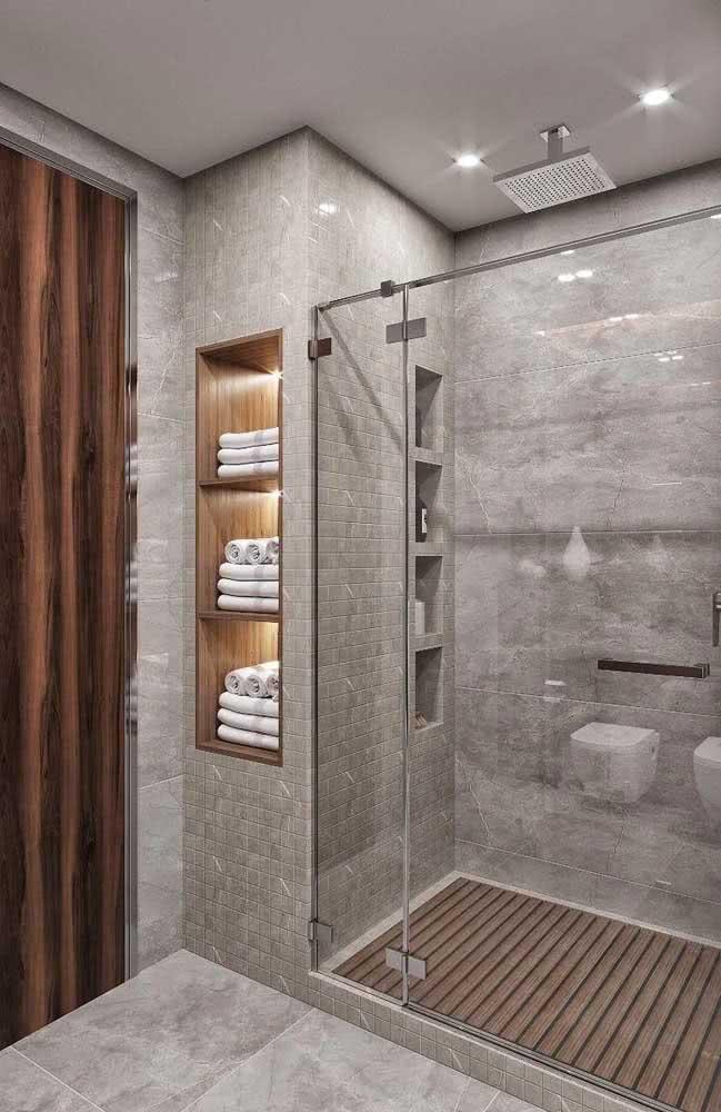 Banheiro cinza com chuveiro de teto. Uma inspiração simples, moderna e bonita