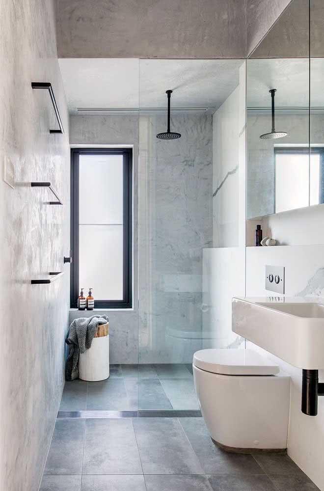 Chuveiro de teto preto em harmonia com os acessórios do banheiro