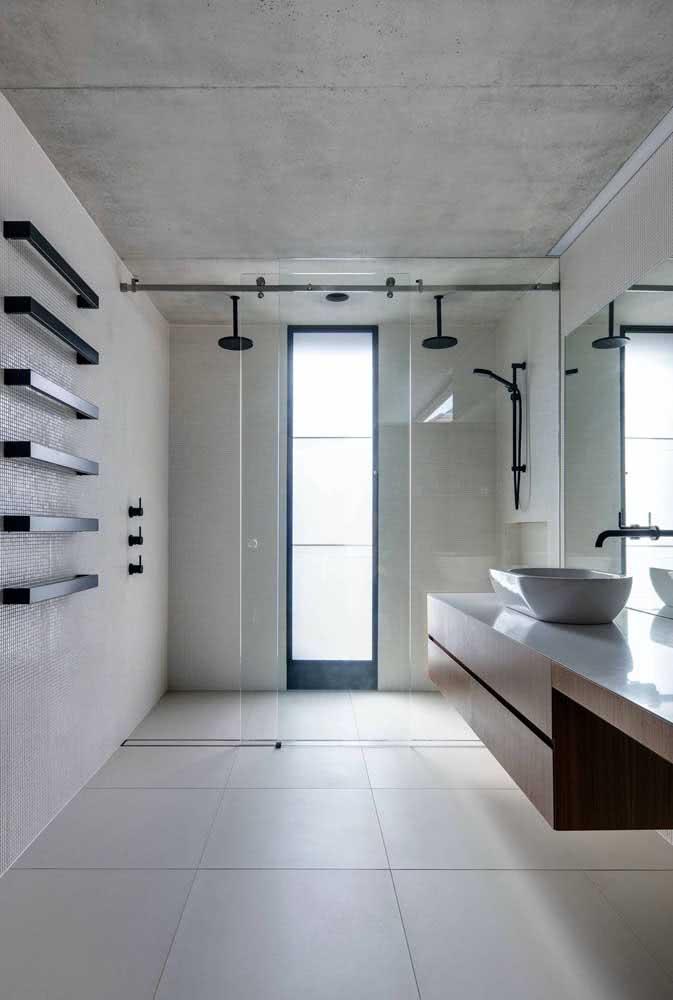 Banheiro com dois chuveiros de teto. Assim não tem briga entre o casal