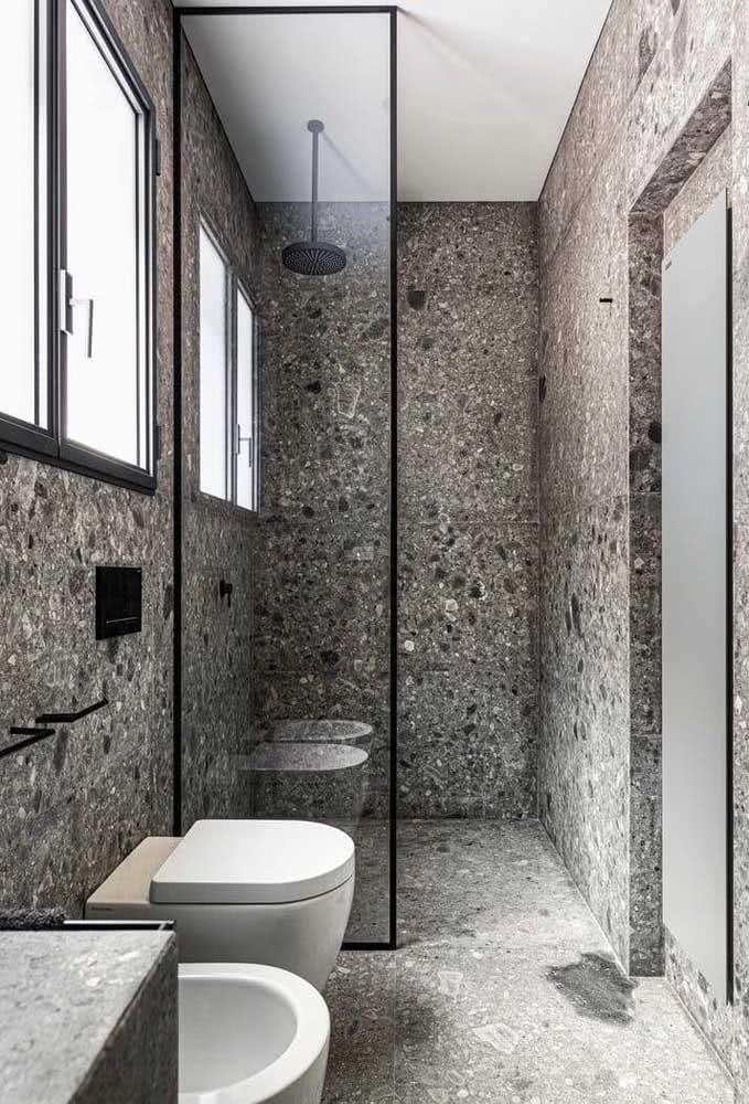 O chuveiro de teto casou perfeitamente com o revestimento granilite
