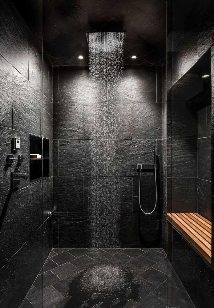 Nesse banheiro preto, o chuveiro de teto ganha todo destaque