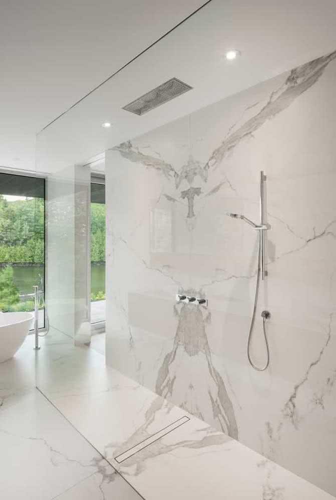 Ponto para quem achar o chuveiro. Aqui, o projeto valoriza a elegância e a discrição