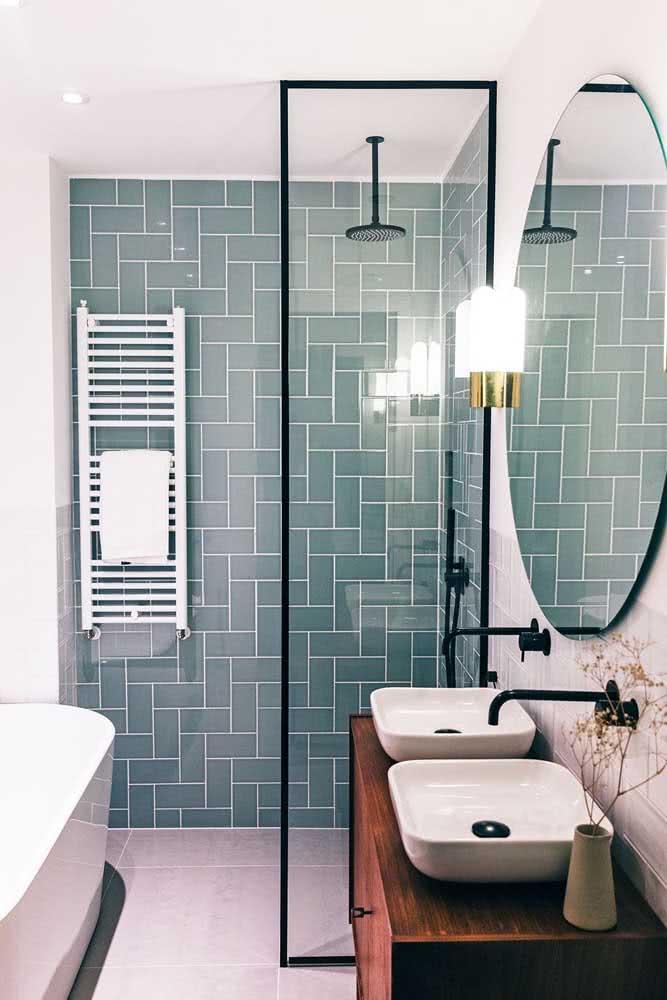 O chuveiro de teto é perfeito para banheiros pequenos