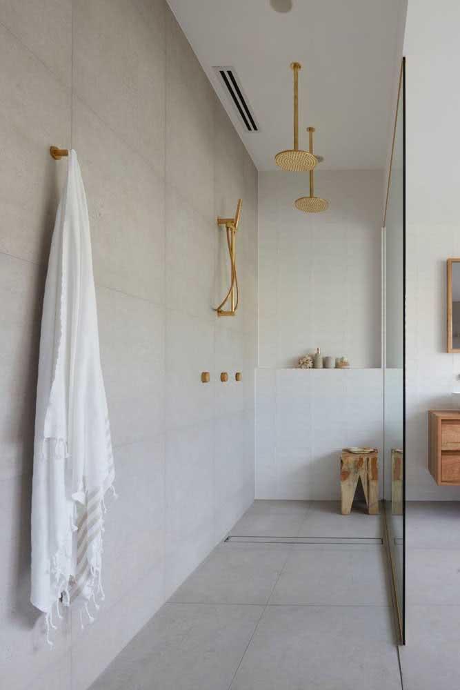 A dupla de chuveiros de teto traz elegância e modernidade para o banheiro