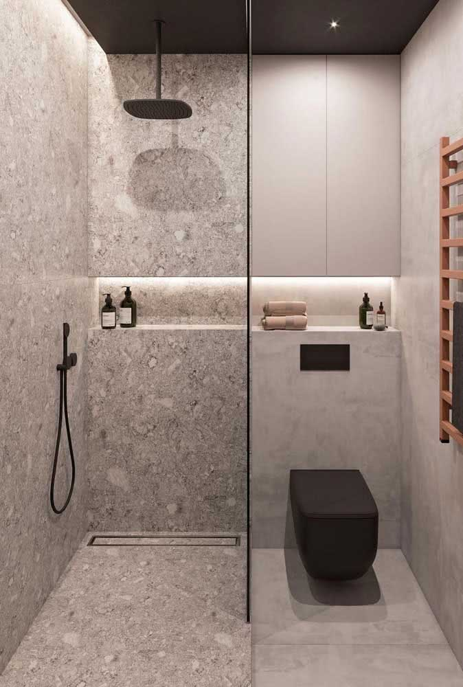 Chuveiro de teto preto com tubo: modelo moderno para combinar com o restante do banheiro